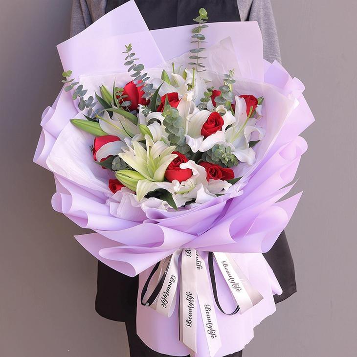 9朵红玫瑰、3枝多头白百合混搭韩式花束