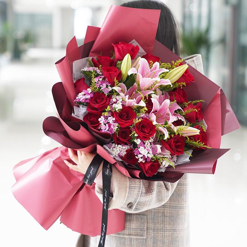 19枝紅玫瑰搭配粉百合混搭花束