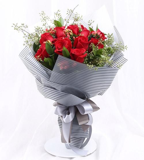 11枝红玫瑰+红豆精美花束