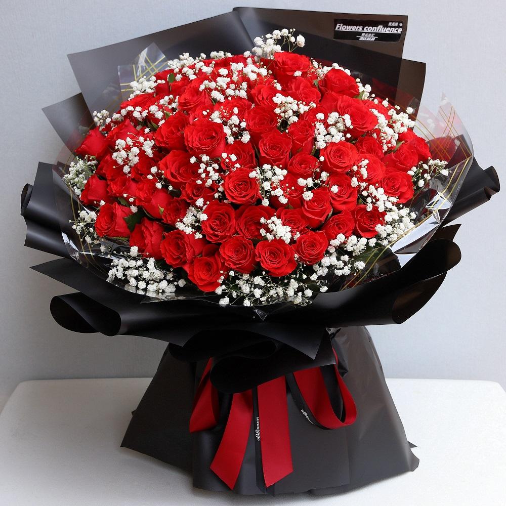 66枝红玫瑰加白色满天星花束