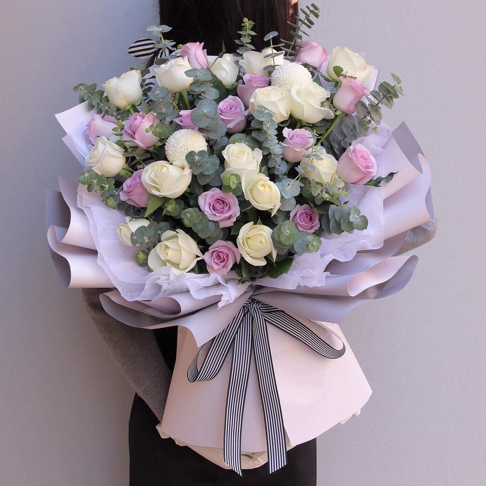 30枝紫白色玫瑰混搭花束