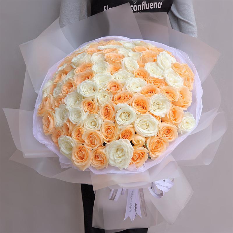 99枝香槟玫瑰和白玫瑰混搭花束