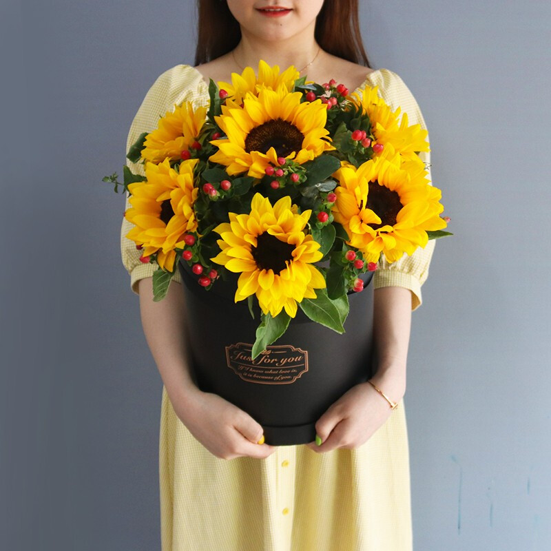 7枝向日葵搭配红豆抱抱桶礼盒