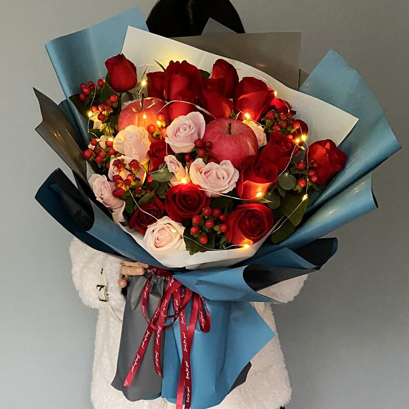 22枝紅、粉玫瑰搭配2顆平安果花束