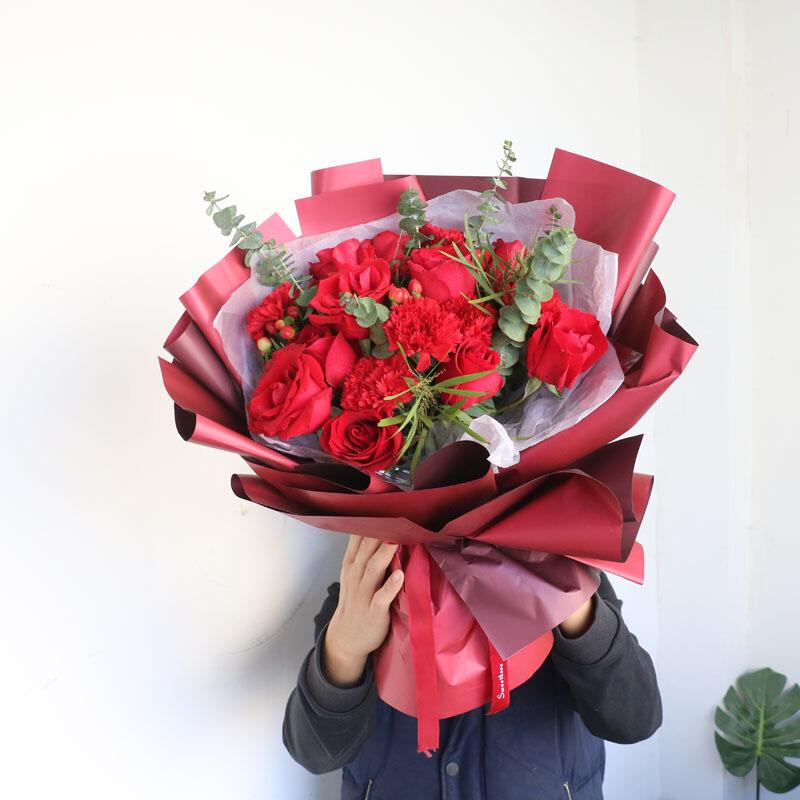 紅玫瑰搭配紅色康乃馨花束