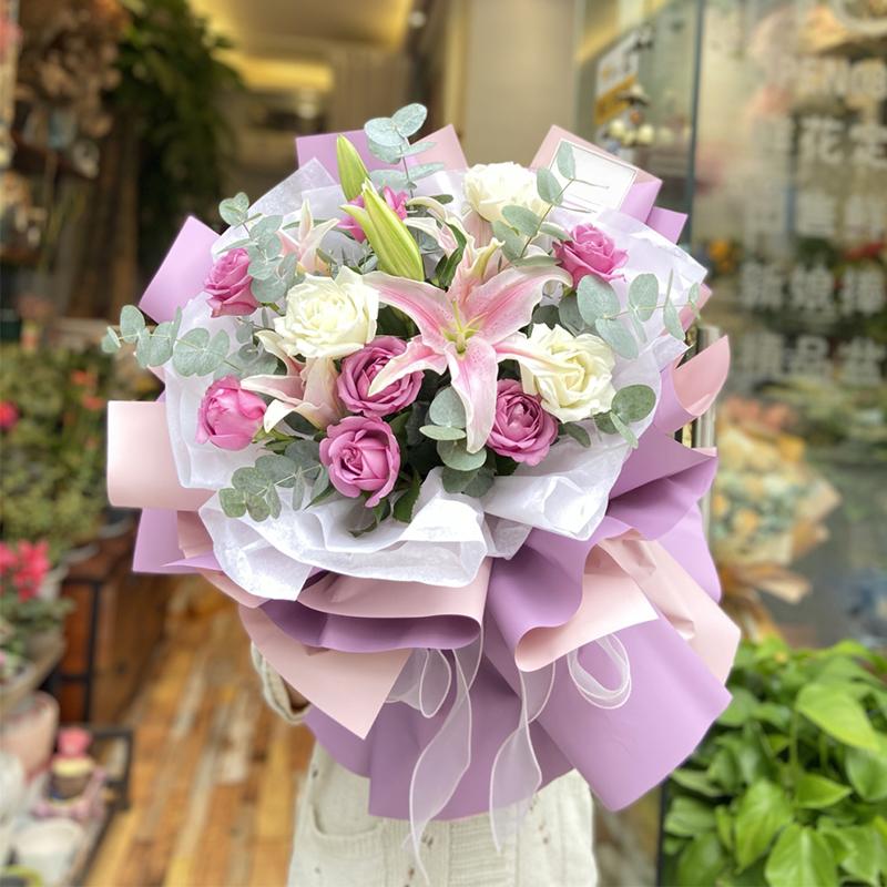 11枝玫瑰+百合混搭花束