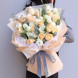 12朵玫瑰花怎么搭配送人  12朵玫瑰花送人的技巧