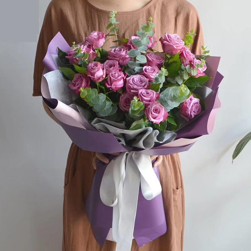 19枝紫玫瑰搭配尤加利葉花束