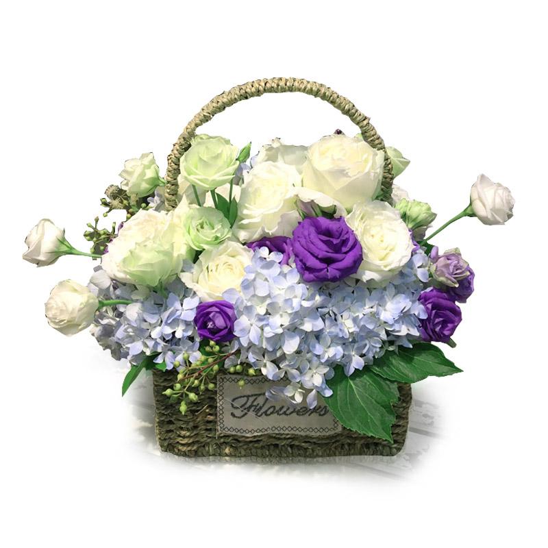2枝藍繡球+11枝白玫瑰+12枝桔梗花手提花籃