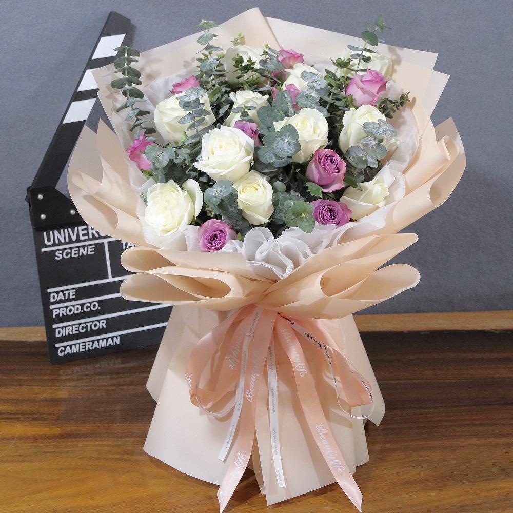 19枝白玫瑰紫玫瑰混搭花束