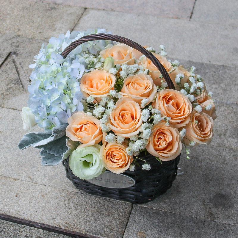 16枝香槟玫瑰和蓝绣球混搭手提花篮