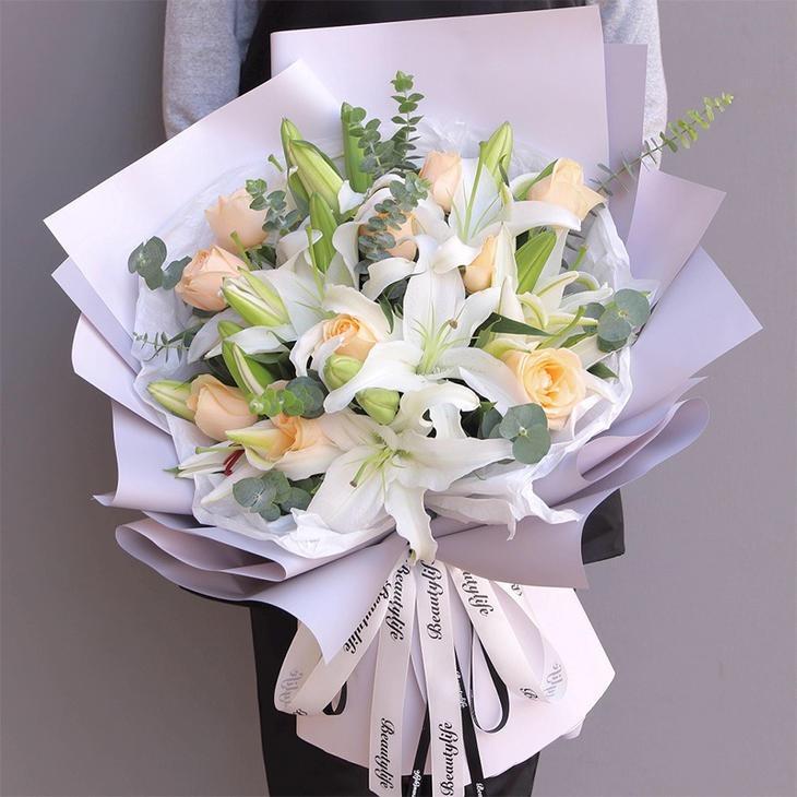 9朵香檳玫瑰4枝白百合花束混搭韓式花束