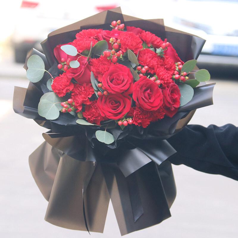 紅色康乃馨搭配紅玫瑰花束