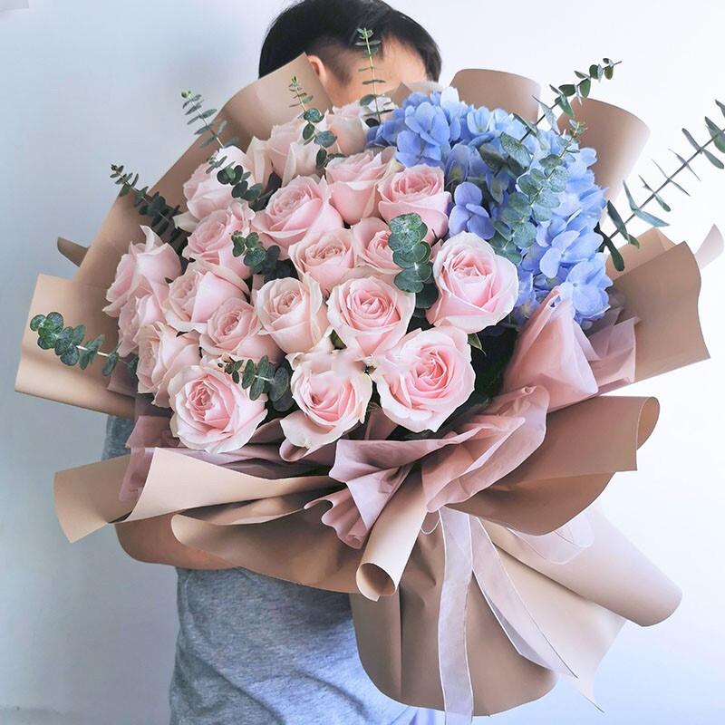 19枝粉雪山玫瑰搭配蓝绣球