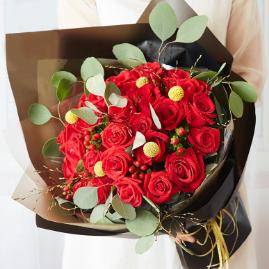 單膝下跪手捧鮮花表白 常見適合表白的花束有哪些