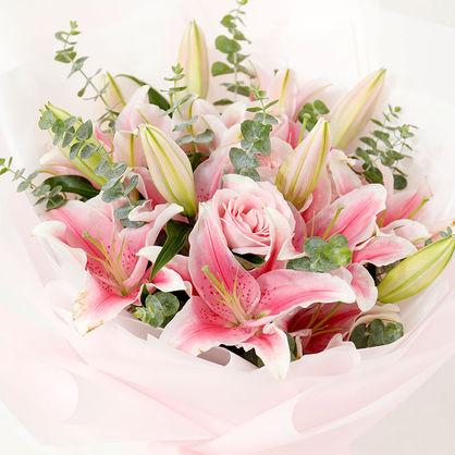 6枝粉百合、5枝粉玫瑰,搭配尤加利葉